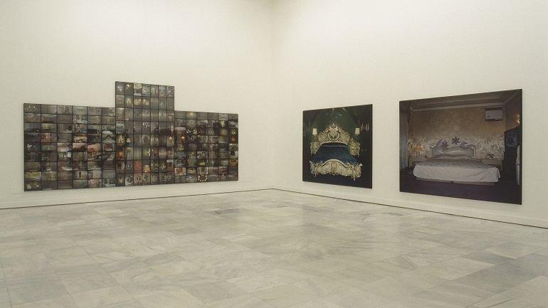 Exhibition view. Valentín Vallhonrat. En busca del amor (Room for Love), 2000