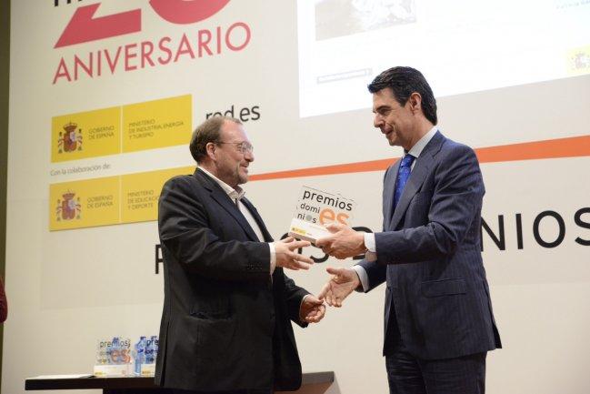 João Fernandes, subdirector del Museo Reina Sofía, recogiendo el galardón de manos del ministro de Industria, Energía y Turismo, José Manuel Soria.