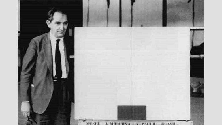Mario Pedrosa en el Museo de Arte Moderno de São Paulo (MAM-SP), con la obra de Milton Da Costa. Fotografía, 1961