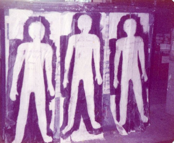 Primer Siluetazo. Tres siluetas sobre muro urbano. Buenos Aires (20 y 21/9/1983). Derechos Humanos // Archivo en uso