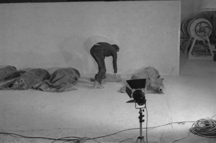 """Performance """"El fulgor de la huelga"""". Santiago de Chile (1981). En la foto: Eugenio Téllez. CADA // Archivo en uso."""