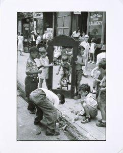 Helen Levitt, Children playing with a picture frame, New York (Niños jugando con un marco, Nueva York), ca. 1940. Gelatinobromuro de plata. 29,4 x 20 cm (imagen). Museo Nacional Centro de Arte Reina Sofía